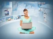 Frau mit Laptop-PC und virtuellen Schirmen Stockbilder