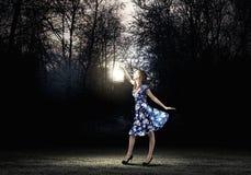 Frau mit Laterne Stockbilder
