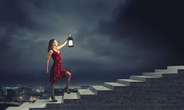 Frau mit Laterne Stockfotos