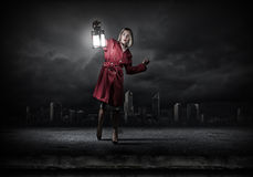 Frau mit Laterne Stockfoto