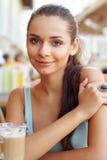 Frau mit latte lizenzfreie stockbilder