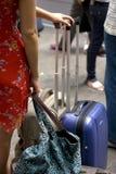 Frau mit Laufkatze Stockfotografie