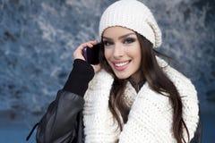 Frau mit Lächeln unter Verwendung eines intelligenten Telefons Lizenzfreies Stockbild
