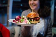 Frau mit Lebensmittel des strengen Vegetariers in einem Restaurant stockfoto