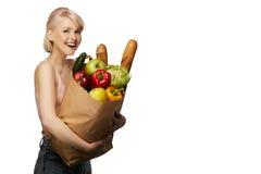 Frau mit Lebensmittelgeschäfteinkaufstasche Stockbilder
