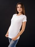 Frau mit leerem weißem Hemd über schwarzem Hintergrund Stockbild