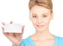 Frau mit leerer Geschäfts- oder Namenkarte Lizenzfreie Stockfotos