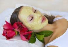 Frau mit Lehm-Gesichtsmaske Inder Multani Matti, Schönheitsbadekurort Lizenzfreie Stockfotos