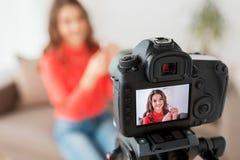 Frau mit Lippenstift und Kameraaufnahmevideo Stockfoto