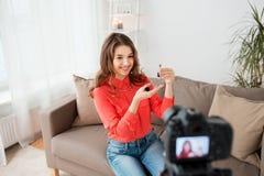 Frau mit Lippenstift und Kameraaufnahmevideo Stockbild
