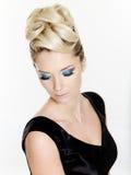 Frau mit lockiger Frisur und blauer Verfassung Stockfotografie