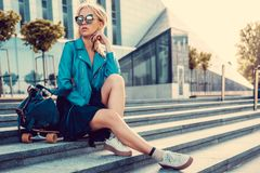 Frau mit longboard auf Schritten Stockfoto