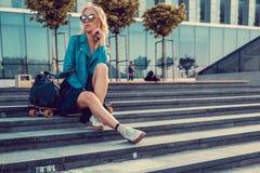 Frau mit longboard auf Schritten Lizenzfreies Stockbild