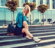 Frau mit longboard auf Schritten Lizenzfreie Stockfotos