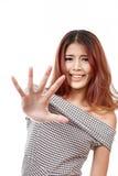 Frau mit lustigem Gesichtsvertretungshalt, Ausschuss, Abfallhandzeichen lizenzfreies stockfoto