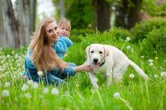 Frau mit Mädchen und Hund Lizenzfreie Stockfotografie