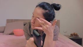 Frau mit müden Augen stock video footage