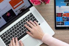 Frau mit MacBook und das iPad, das mit Sozialeinrichtung Pro ist, zwitschern Lizenzfreies Stockfoto