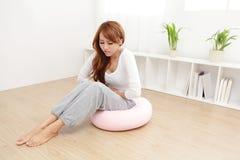 Frau mit Magenschmerzen lizenzfreie stockbilder