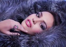 Frau mit Make-up und kostbaren Dekorationen Lizenzfreies Stockfoto