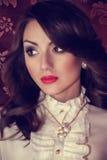 Frau mit Make-up und kostbaren Dekorationen Lizenzfreie Stockfotografie