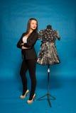 Frau mit Mannequin, auf Blau Lizenzfreie Stockfotografie