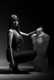 Frau mit Mannequin in der Dunkelheit Lizenzfreies Stockfoto