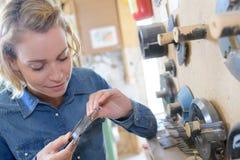 Frau mit mechanischen Teilen stockfotografie