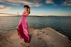 Frau mit Meerblick und Stadt auf der Rückseite Stockbilder