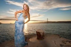 Frau mit Meerblick und Stadt auf der Rückseite Stockfotos
