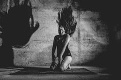 Frau mit Mehl in ihrem Körper stockbild