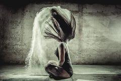 Frau mit Mehl in ihrem Körper lizenzfreies stockbild