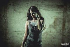 Frau mit Mehl in ihrem Körper stockfoto