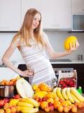 Frau mit Melone und anderen Früchten Lizenzfreie Stockfotos