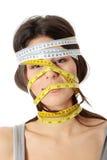 Frau mit messendem Band um ihren Kopf Stockbild