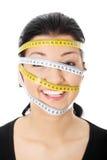 Frau mit messendem Band um ihren Kopf Lizenzfreies Stockbild