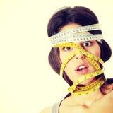 Frau mit messendem Band um ihren Kopf Stockfotos
