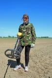 Frau mit Metalldetektor Stockfotografie