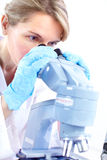 Frau mit Mikroskop Lizenzfreie Stockfotografie