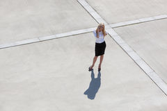 Frau mit Mobiltelefon lizenzfreies stockfoto