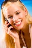 Frau mit Mobiltelefon Stockfotografie