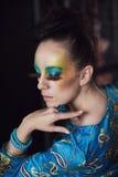 Frau mit Modefrisur und -make-up Stockbild
