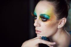 Frau mit Modefrisur und -make-up Stockfotografie