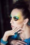 Frau mit Modefrisur und -make-up Lizenzfreie Stockfotografie