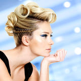 Frau mit Modefrisur und Make-up des blauen Auges Stockbilder