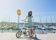 Frau mit modernem kleinem Fahrrad Stockbild