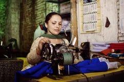 Frau mit nähendem mashine in Ladakh lizenzfreie stockfotos
