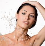 Frau mit nassem Körper und spritzt vom Wasser Stockfotos
