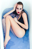 Frau mit nassen Körper und dem Haar Stockbilder