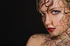 Frau mit nasser Haar- und Gesichtskunst Stockfotos